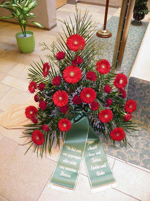 Gesteck aus roten Rosen und Gerbera