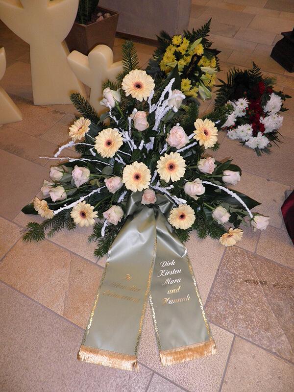 Gesteck aus weißen Gerbera und Rosen