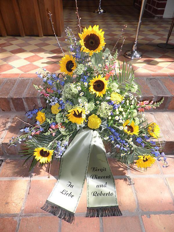 Gesteck aus bunten Wiesenblumen mit Sonnenblumen