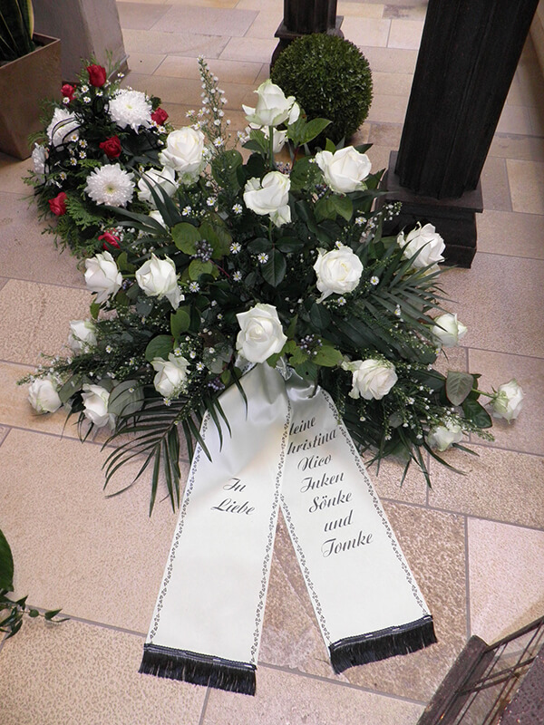Gesteck aus weißen Rosen