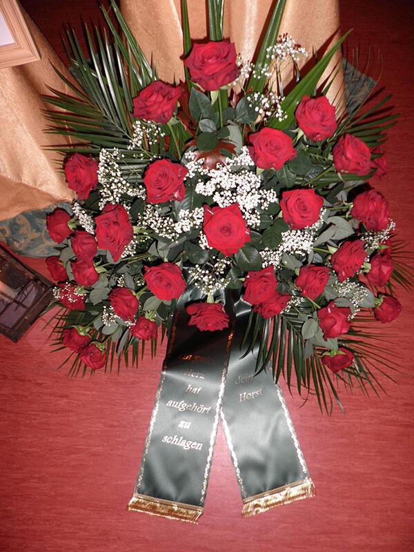 Gesteck aus roten Rosen