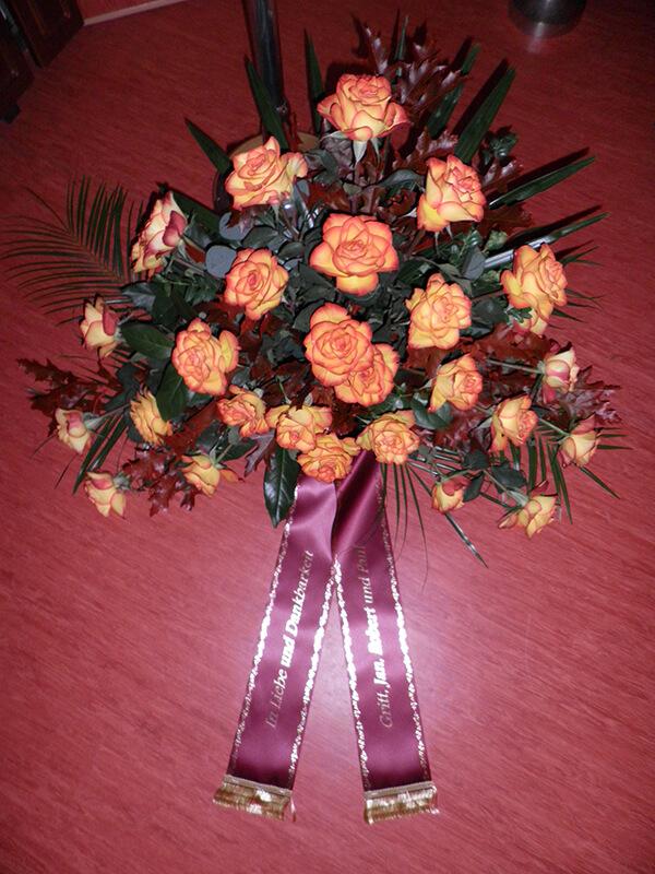 Gesteck aus gelb-roten Rosen
