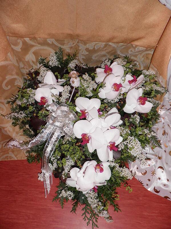 Herzgesteck mit großen weiß-rosa Orchideen