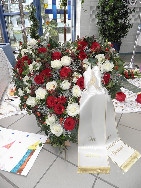 großes Herzgestekck mit weißen und roten Rosen