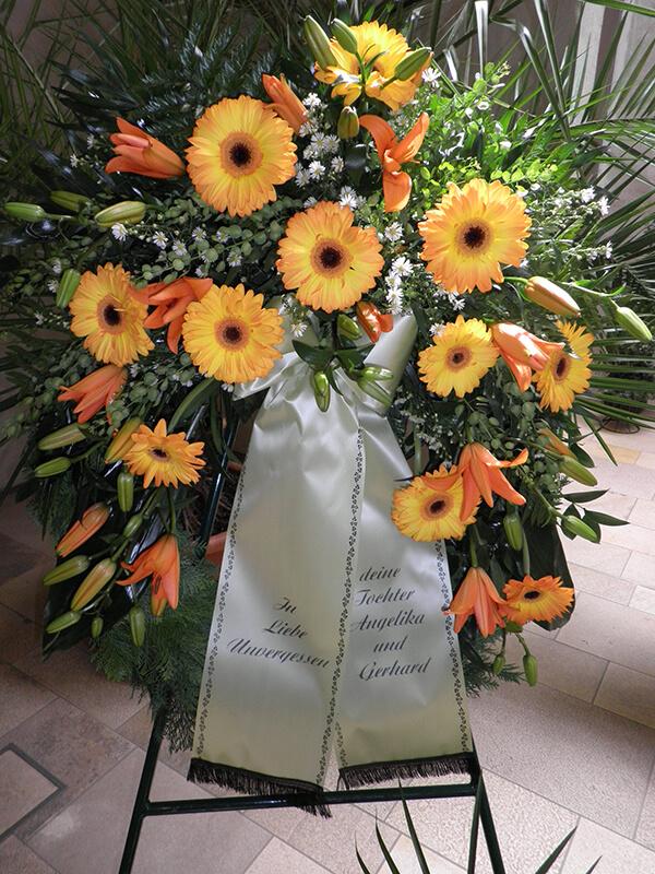 Kranz in Orange mit Lilien und Gerbera