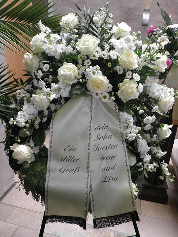Kranz  mit verschiedenen weißen Blumen