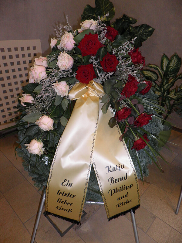 Kranz mit roten und weißen Rosen