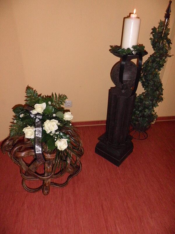 Strauß mit weißen Rosen und Band geschmückt
