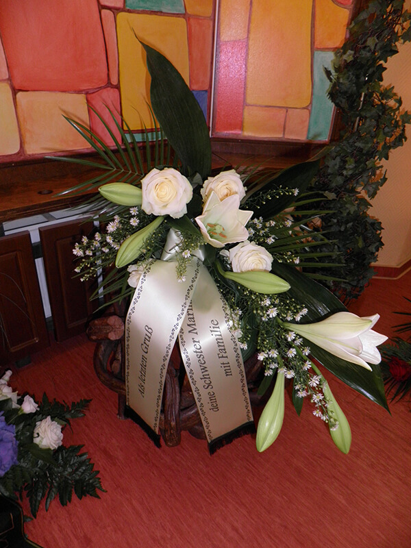 Strauß mit weißen Rosen und Lilien und Schleife