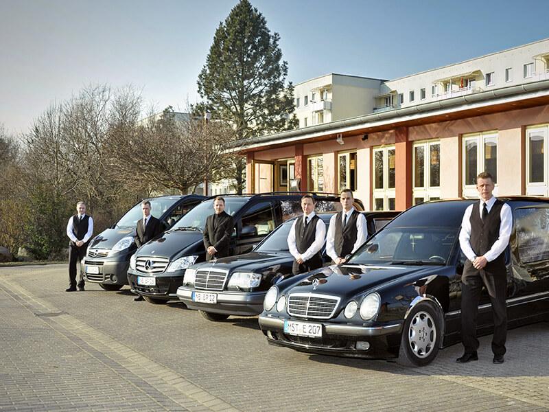 Fuhpark mit Mitarbeitern und vier Fahrzeugen